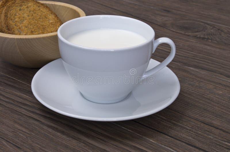 Melk en beschuiten stock foto's
