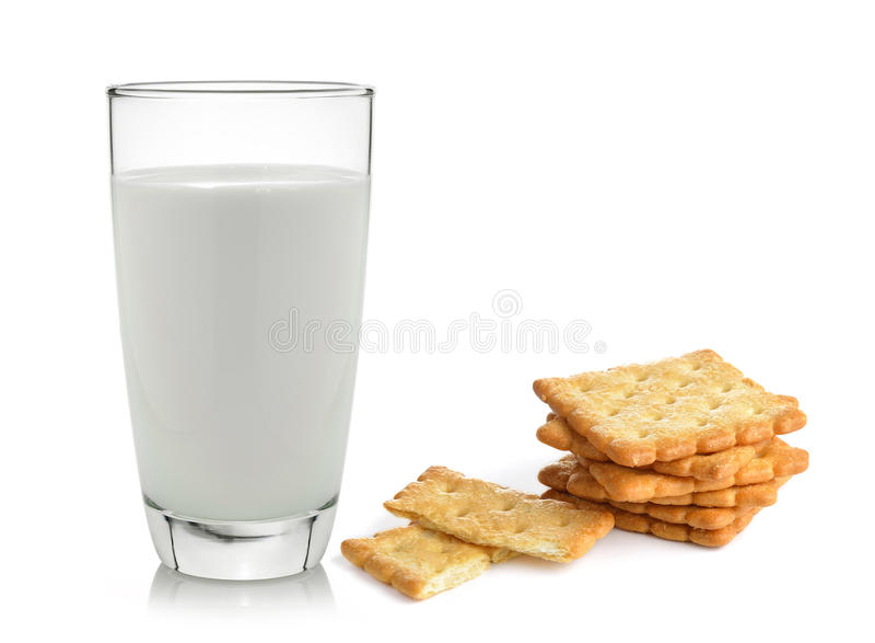 Melk en cracker op witte achtergrond wordt geïsoleerd die stock afbeelding