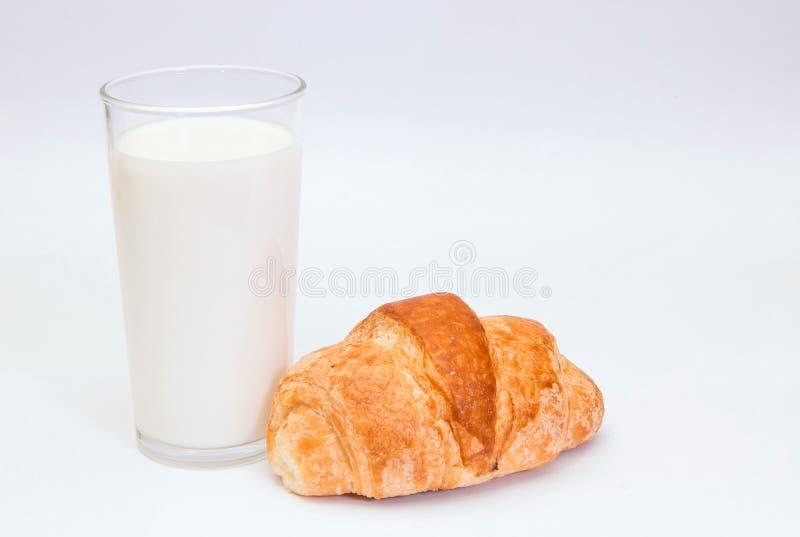 Melk en croissant stock foto