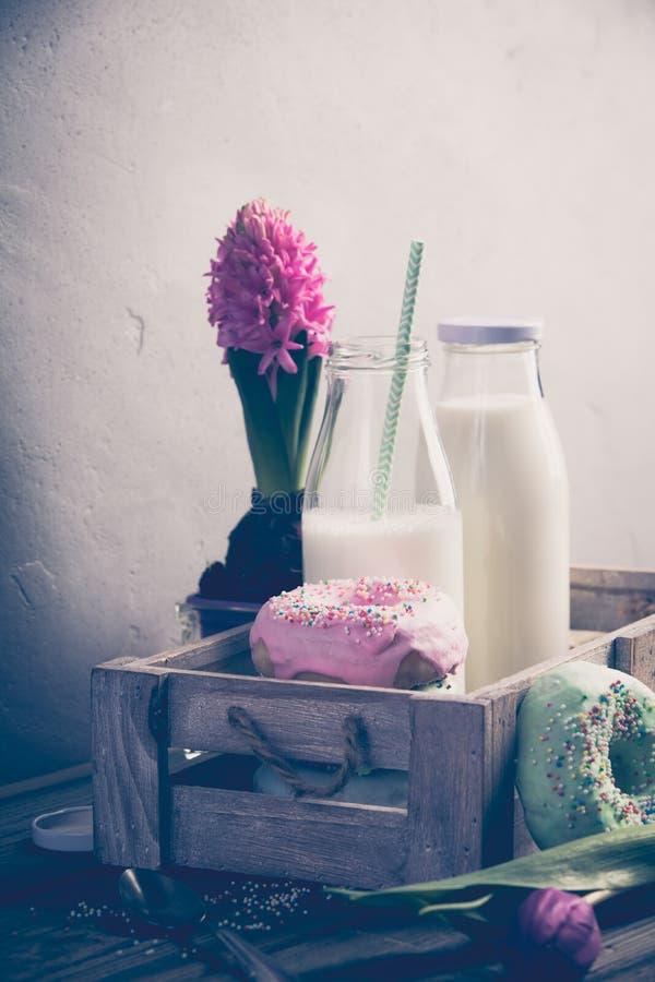 Melk en doughnuts stock foto