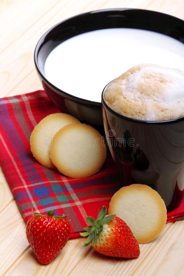 Melk en koffie met koekjes en aardbeien royalty-vrije stock afbeelding