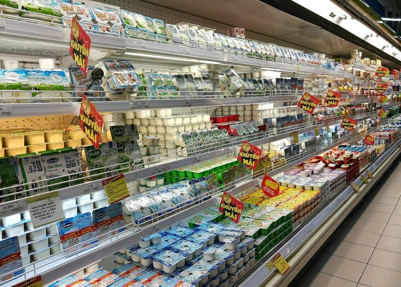 Melk en producten van melk voor verkoopt Grote C supermarkt stock fotografie
