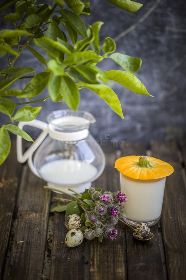 Melk in glas op lijst met heerlijk jonge geitjesidee dat wordt gemorst royalty-vrije stock afbeelding
