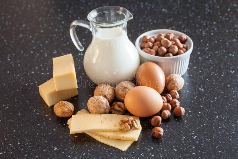 Melk, kaas, eieren en noten op een lijst royalty-vrije stock foto's