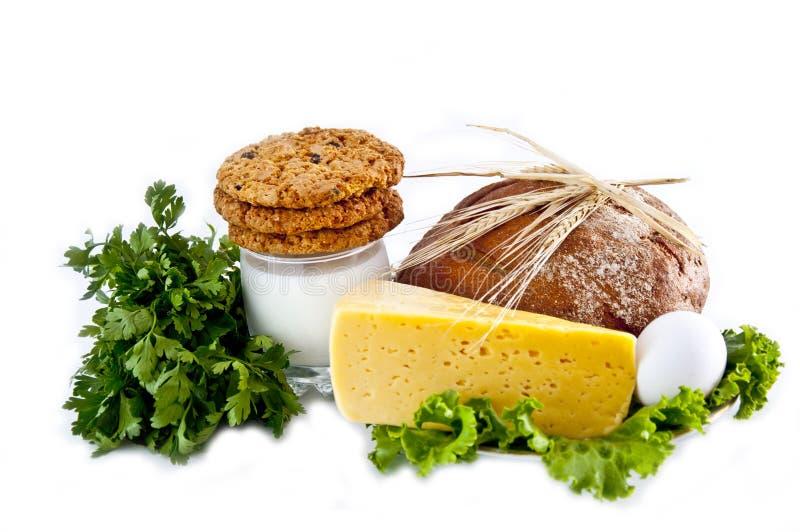 Melk, koekjes, brood, kaas, ei, salade en oren. stock foto