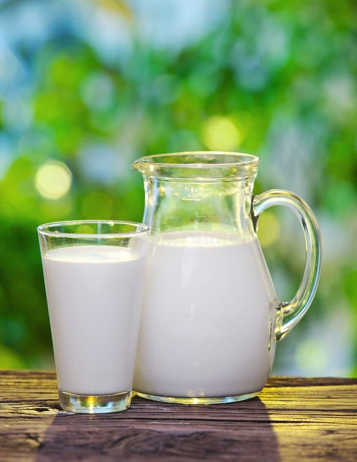Melk in kruik en glas. royalty-vrije stock fotografie