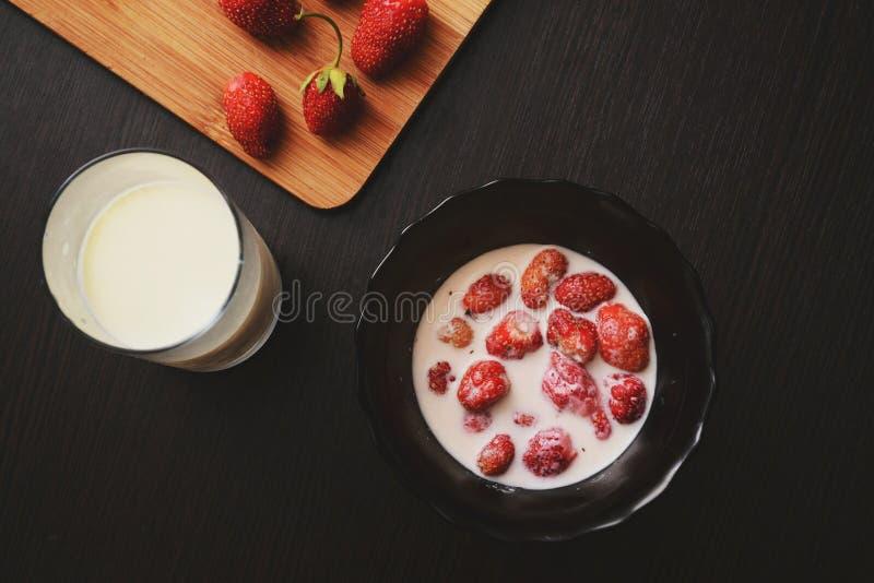 Melk met aardbei stock afbeelding