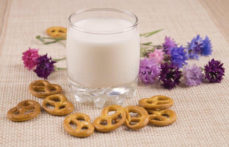 Melk met gebarsten royalty-vrije stock foto's