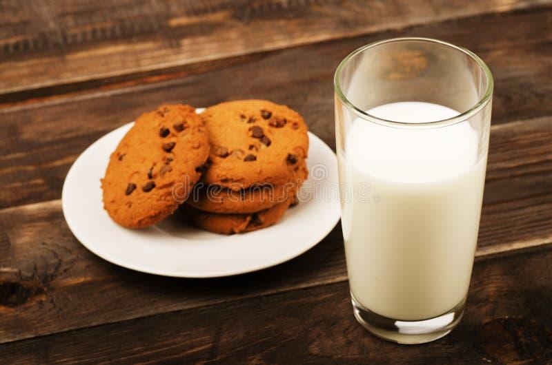 Melk met Koekjes stock foto