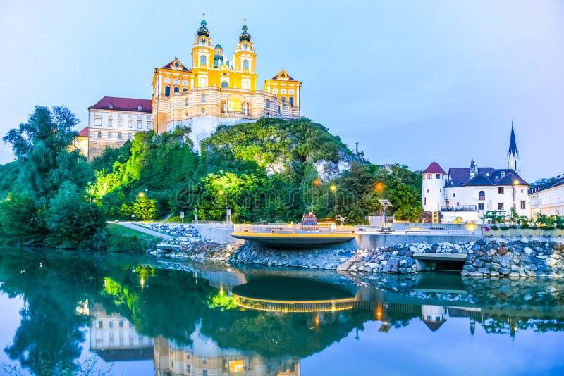 Melk opactwo, niemiec: Stift Melk, odbijający w wodzie Danube rzeka nocą, Wachau dolina, Austria zdjęcia royalty free