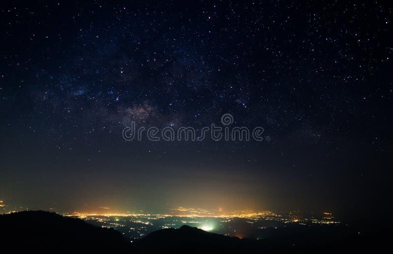 Melkachtige manier in de nachthemel met lichten in stad royalty-vrije stock afbeelding