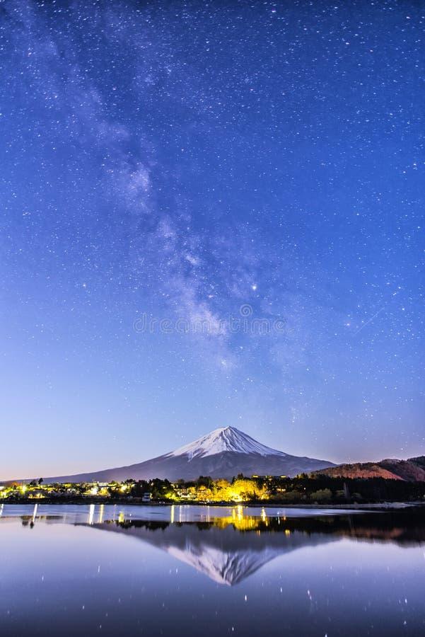 Melkachtige manier die over Fuji-berg bij Saiko-meer in Japan toenemen stock foto's