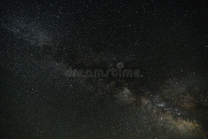 Melkachtige manier in donkere nacht stock foto