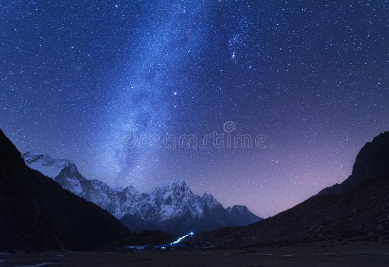 Melkachtige manier en bergen Het landschap van de nacht stock fotografie