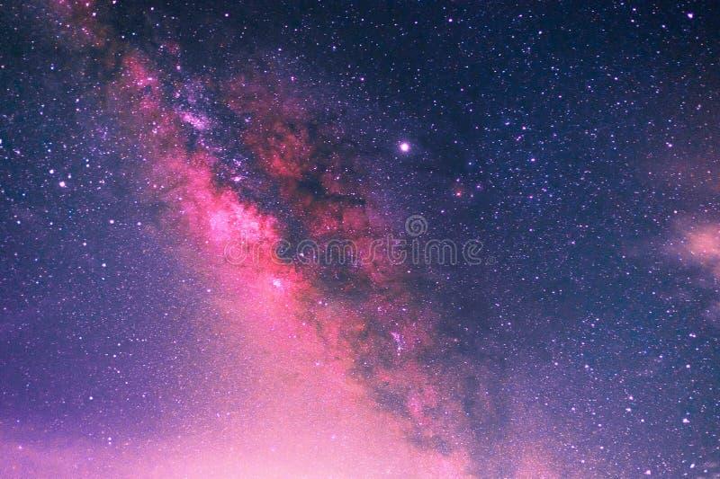 Melkachtige manier met sterren en ruimtestof in de foto van de heelal Lange blootstelling met korrel royalty-vrije stock foto