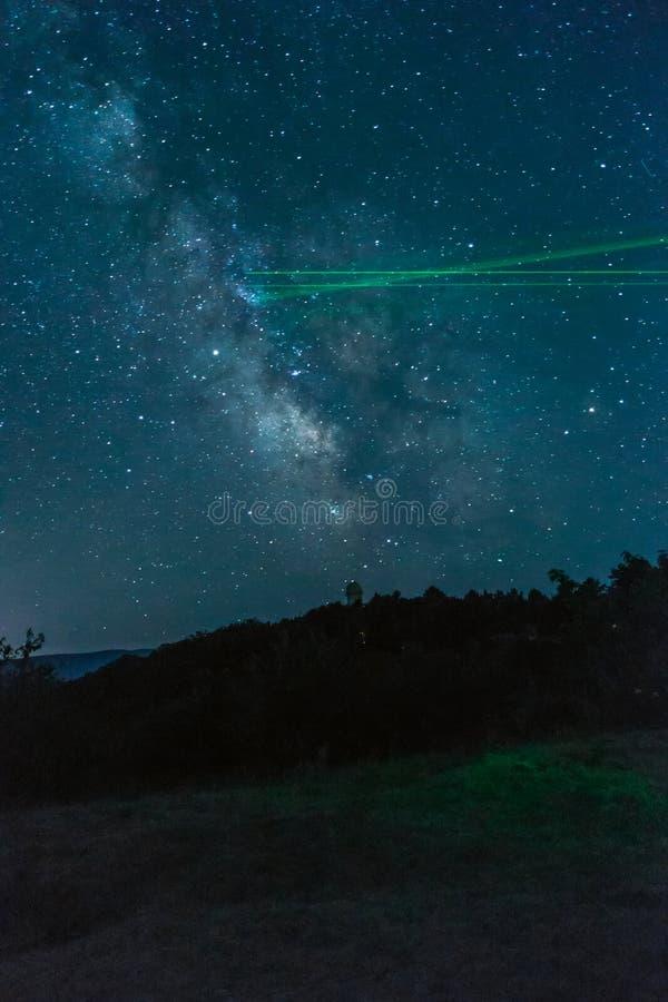 Melkachtige manier over de bergen stock fotografie