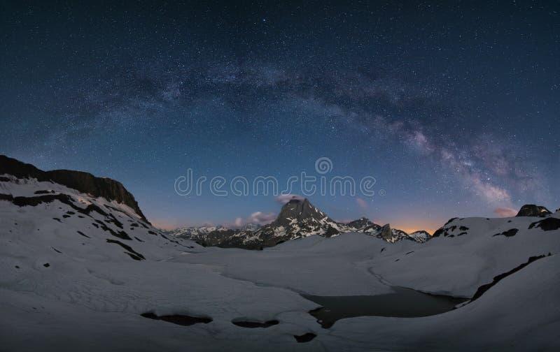 Melkachtige manier over de bergen royalty-vrije stock fotografie