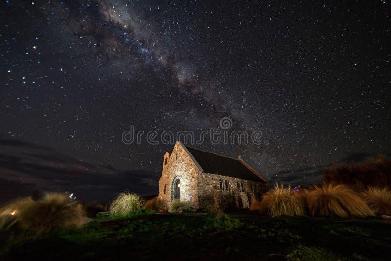 Melkachtige manier over de Kerk van de Goede Herder, Meer Nieuwe Tekapo, stock afbeelding