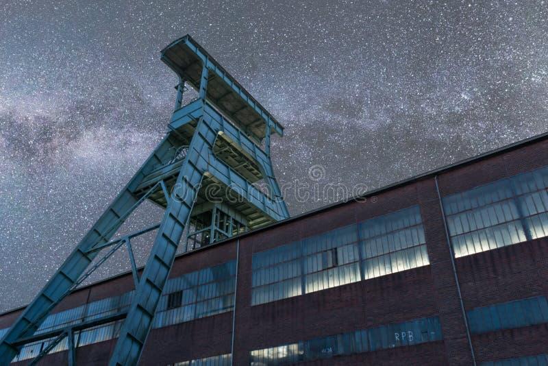 Melkachtige manier over oude mijntoren in Duitsland royalty-vrije stock afbeeldingen