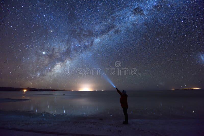 Melkachtige manier over Salar de Uyuni, de grootste zoute vlakte van de wereld royalty-vrije stock afbeelding