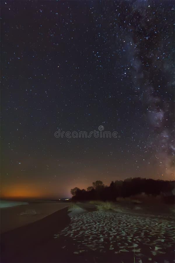 Melkachtige manier over strand stock afbeeldingen