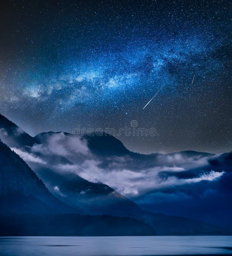 Melkachtige manier over vertroebelde bergen in de ochtend stock afbeeldingen