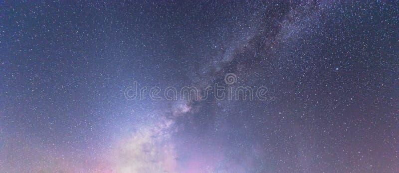 Melkachtige maniermelkweg met sterren bij nachthemel en heelal ruimteachtergrond Astronomie van fonkelende sterren en planeten royalty-vrije stock afbeeldingen