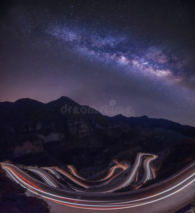 Melkachtige rivier met autosleep door de berg royalty-vrije stock fotografie
