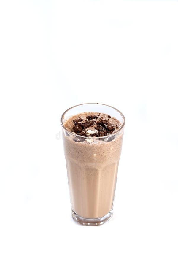 Melkchocolacocktail in een glas met chocolade op een ge?soleerde witte achtergrond wordt verfraaid die stock afbeelding