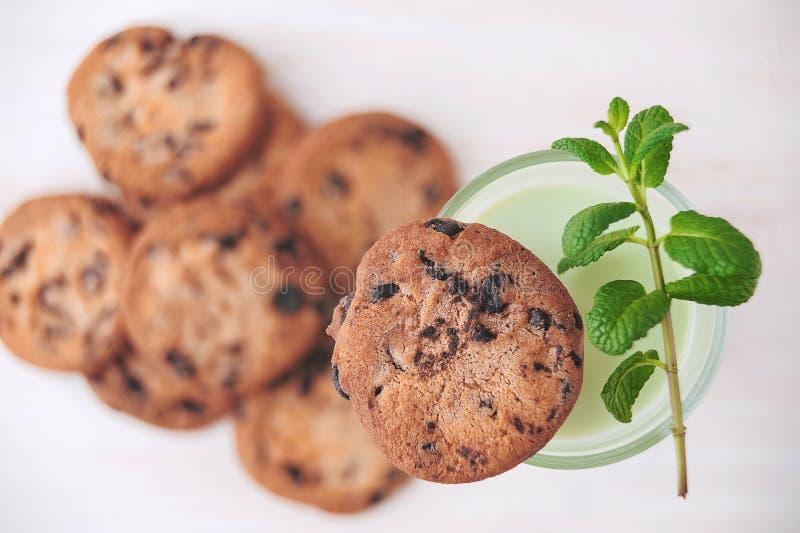 Melkcocktail op een rustieke lijst met koekjes stock afbeelding