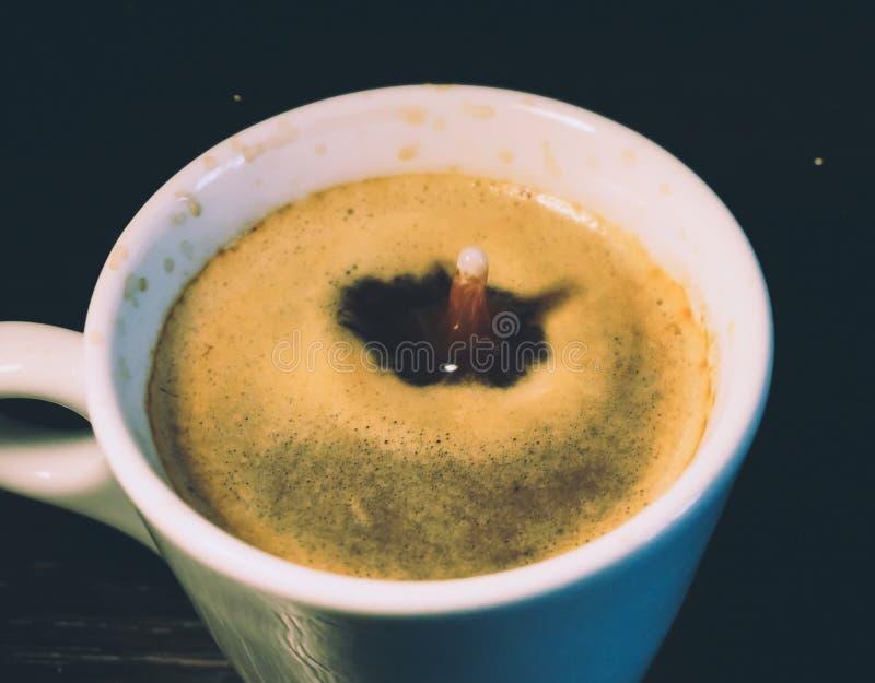 Melkdaling die in een kop van koffie vallen royalty-vrije stock afbeeldingen