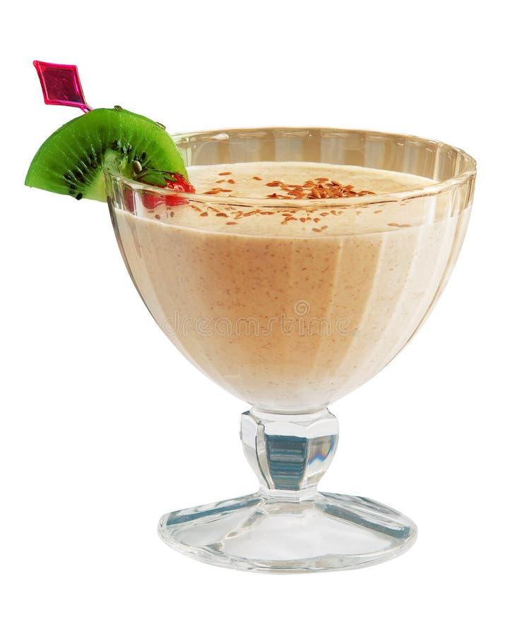 Melken Sie Cocktail mit Kiwi, Erdbeere und Schokolade über weißem BAC stockbild