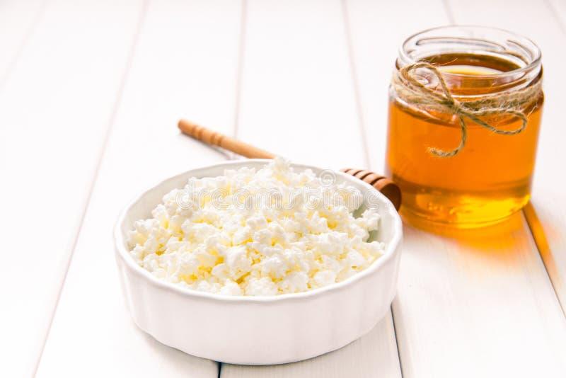 Melken Sie Hüttenkäse mit Honig auf weißem Holztisch Bild des selektiven Fokus Copyspace für Ihren Text stockbilder