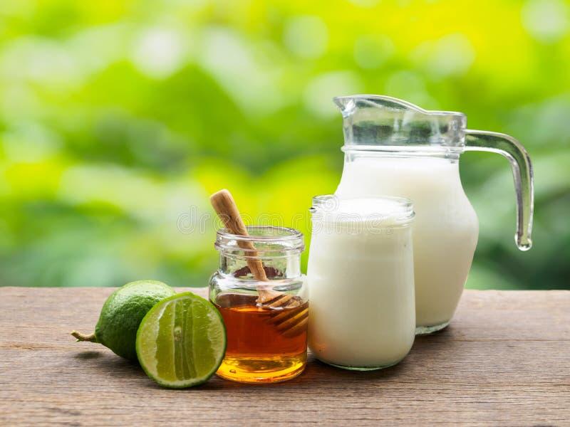 Melken Sie Kalkhonig und Jogurtbestandteil für den Detoxdoppelpunkt, der i trinkt lizenzfreie stockbilder