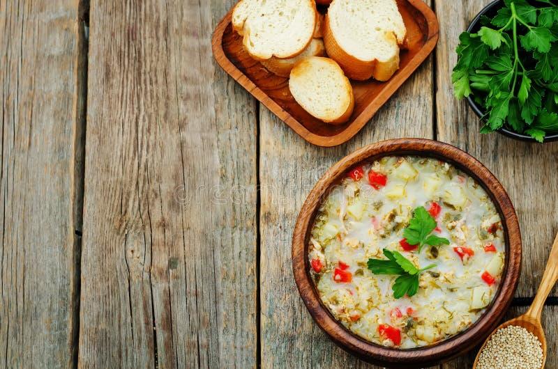 Melken Sie Suppe mit Kartoffeln, Quinoa und Pfeffern lizenzfreies stockbild