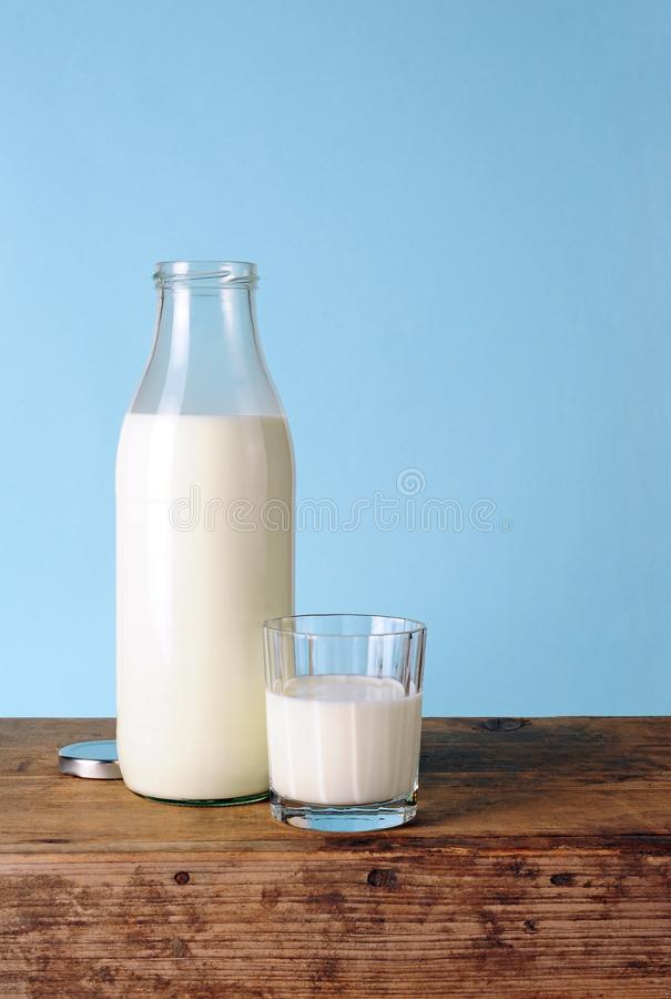 Melkfles en glas met verse melk stock afbeeldingen