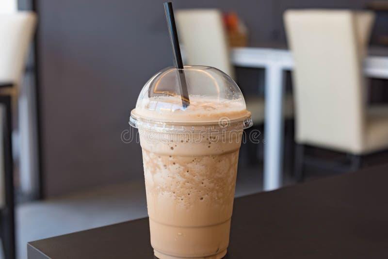 Melkkoffie smoothie in plastic kop stock foto's