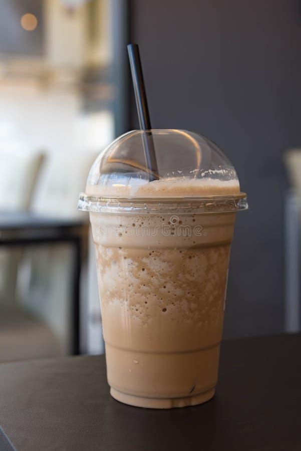 Melkkoffie smoothie in plastic kop royalty-vrije stock afbeelding