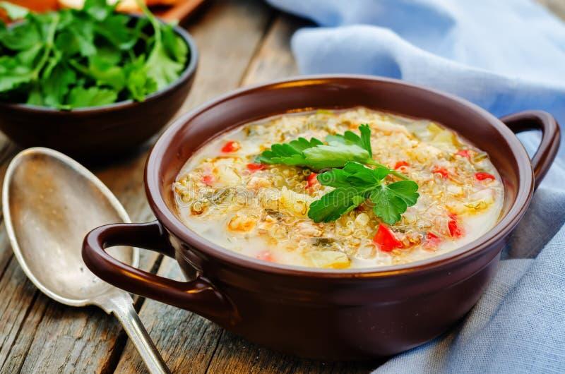 Melksoep met aardappels, quinoa en peper royalty-vrije stock foto's