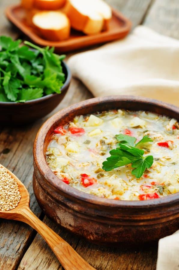 Melksoep met aardappels, quinoa en peper stock afbeeldingen