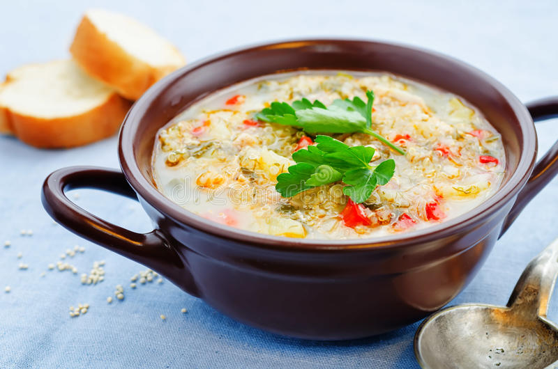 Melksoep met aardappels, quinoa en peper royalty-vrije stock foto