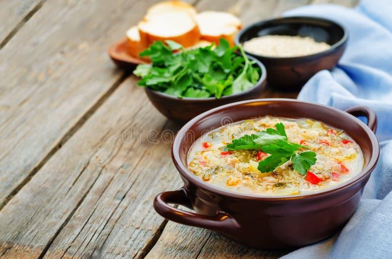 Melksoep met aardappels, quinoa en peper royalty-vrije stock afbeelding