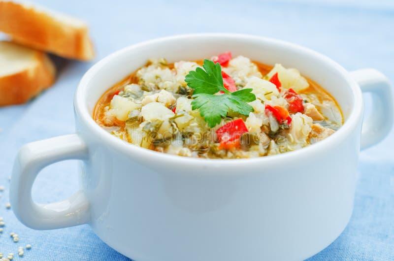 Melksoep met aardappels, quinoa en peper stock foto's