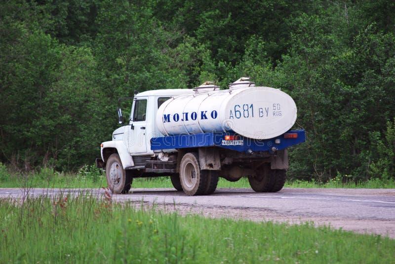 Melktanker die op een landelijke weg in het centrum van Rusland reizen royalty-vrije stock foto's