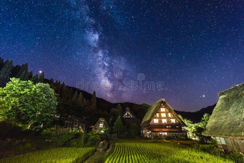 Melkweg boven de historische dorpen Shirakawa-go en Gokayama, Gifu-ken, Japan royalty-vrije stock afbeelding