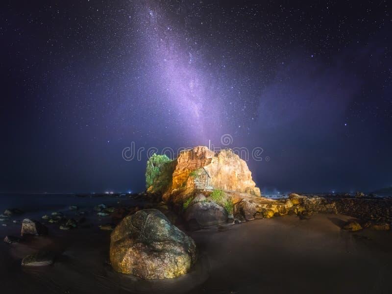 Melkweg en de sterrige hemel bij kust van Sri Lanka royalty-vrije stock foto's