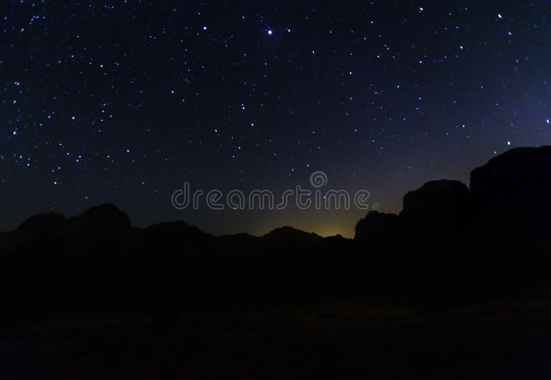 Melkweg en heel wat sterren over de berg bij Wadi Rum-woestijn royalty-vrije stock afbeelding