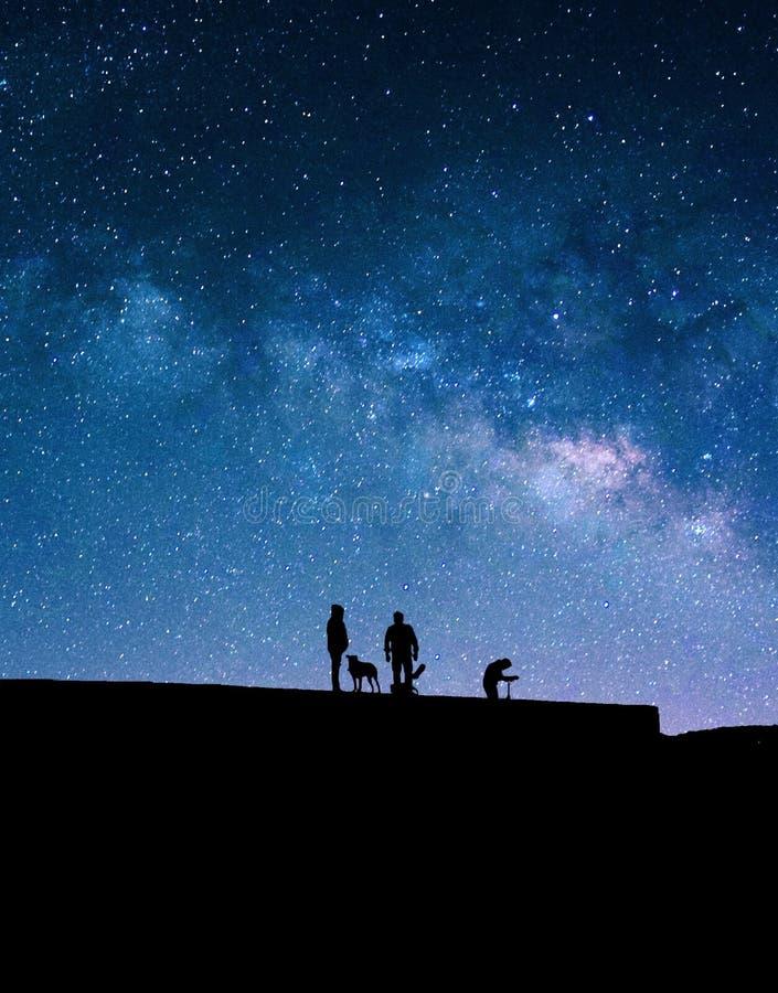 Melkweg en silhouetten van mensen royalty-vrije stock foto