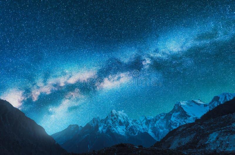Melkweg en sneeuwbergen in Nepal bij nacht stock foto