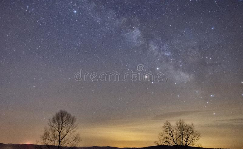 Melkweg met een vallende ster royalty-vrije stock afbeelding